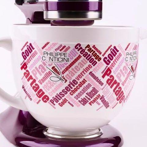 Une grande marque de matériel de cuisine/pâtisserie m'a demandé de d'imaginer la décoration d'un bol pour la lutte contre le cancer du sein. Je l'ai fait avec beaucoup de plaisir