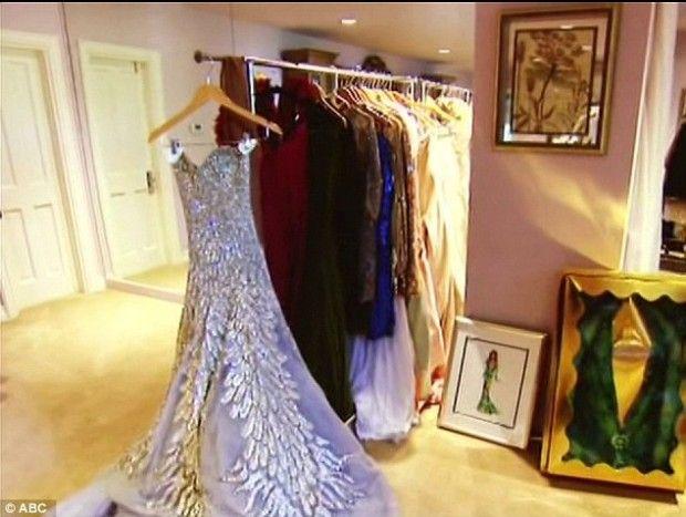 Ver um lindo closet já é bom, ver closet de famoso é melhor ainda e quando esse closet aparece em movimento e com a dona dele nos levando pra fazer um tour… melhor ainda! Olha o closet maravilhoso da Jennifer Lopez! Amei saber que ela deixa o icônico vestido verde do Grammy assim bem exposto!