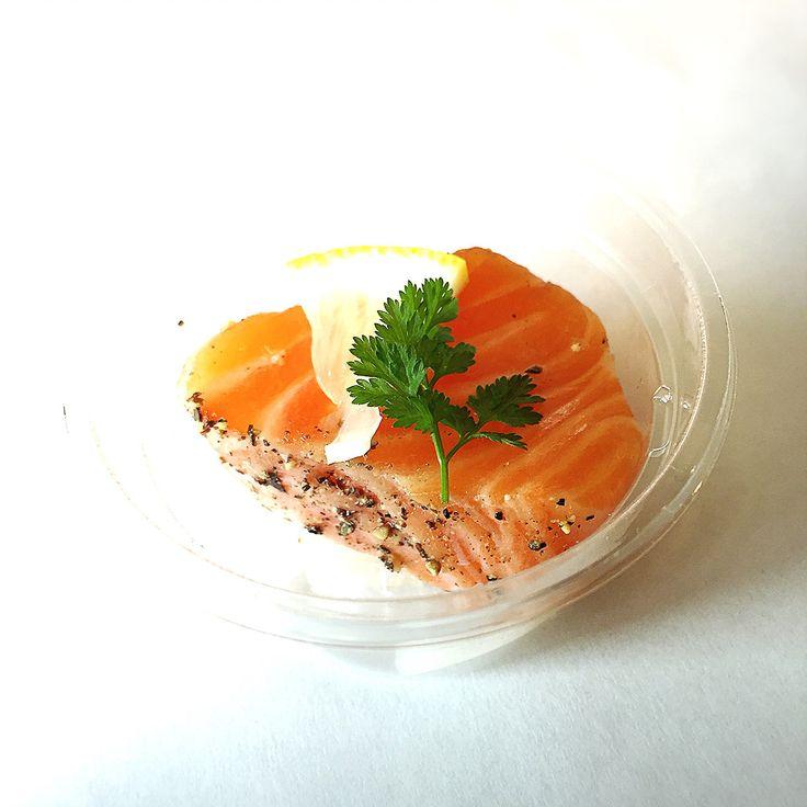Private Chef 出張シェフ(wataru sumiya)☆ケータリング&デリバリー | 祖父母からも褒められる 健康美食セット 自家製厚切りスモークサーモン ノルウェー産のフレッシュサーモンを厚切りにカットして 前日に燻製しているのでとろっとミディアムに仕上げた食感と 桜・ヒッコリーの香ばしい燻製香が人気の商品です。