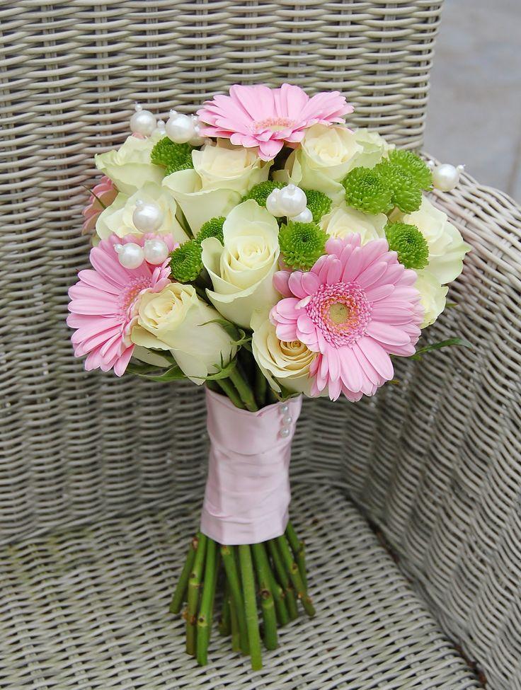 Bruidsboeketje met witte rozen, roze gerbera's, groene santini's en parels. www.meesterlijkgroen.nl