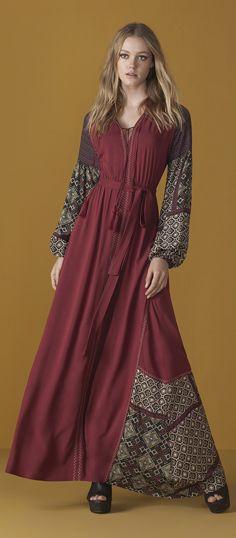 As estampas romenas atraem olhares quando surgem repetidas vezes em peças únicas, como um vestido longo.