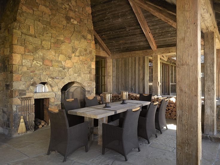 Outdoor Dining with Fireplace & Pizza Oven