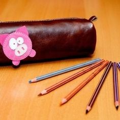 Étui à crayons (cosmétique) brun en cuir avec cochon