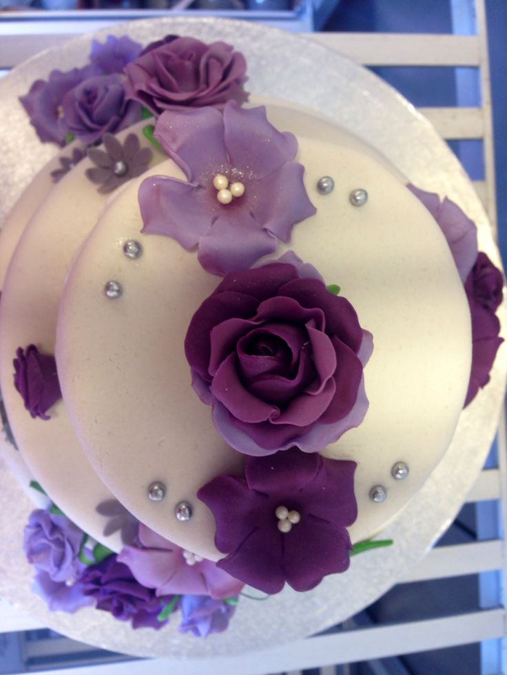 Roses on a wedding cake made in suger past