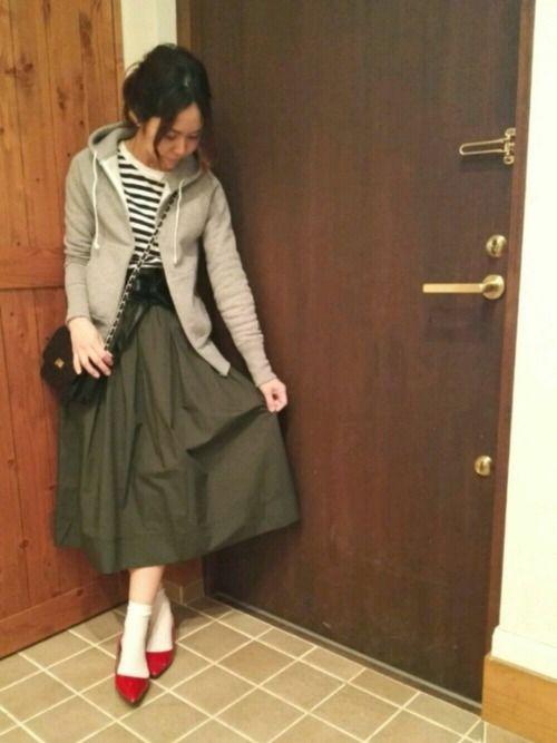今年の春のUNIQLOスカートは、可愛い&キレイ♡特に発売前から話題になっていたミディ丈は女性らしさを際立たせる人気のアイテムです。今回は春を満喫できるきれいめカラーのミディ丈スカートコーデを集めてみました。