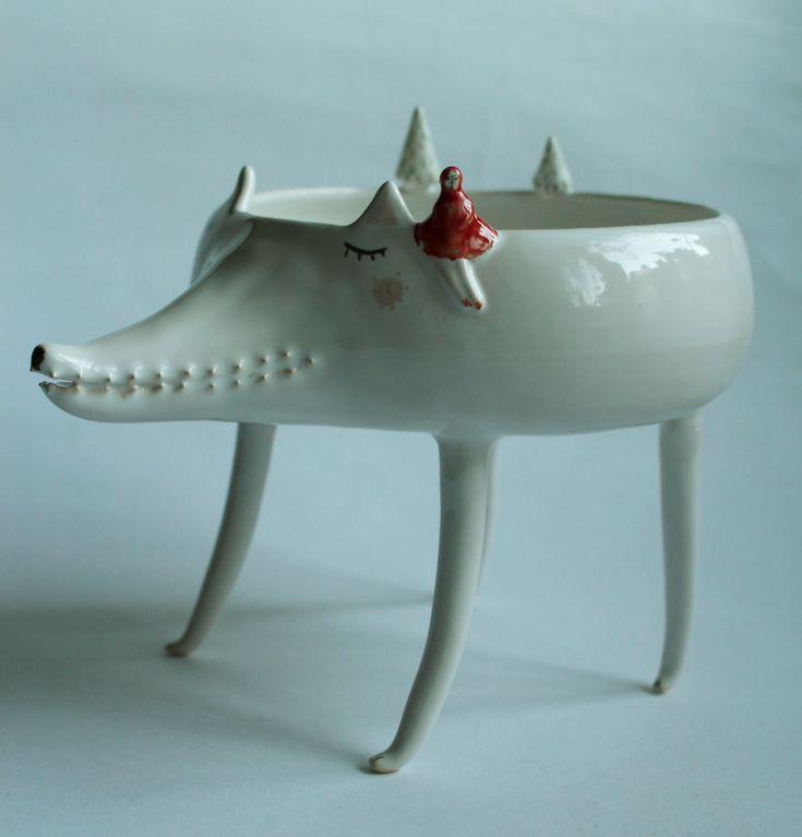 """Estes bichos de cerâmica são feitos pela artista polonesa Marta Turowska em seu estúdio, o Clay Ópera. Ela trabalha de forma totalmente artesanal, esculpindo as peças em uma roda de oleiro e, em seguida, desenhando as características dos animais manualmente. """"Eu sou apaixonada por argila, esmaltes e tintas"""", afirma. """"Cada peça saindo da minha oficina…"""