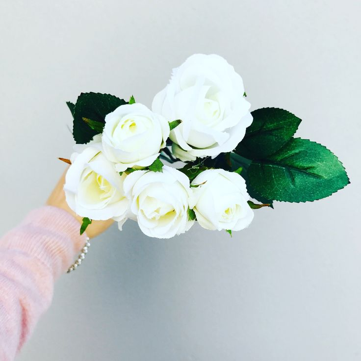 Premium artificial vintage style silk white roses. This is a single stem including 5 roses with foliage. Height is 36cm with a diameter of 12cm (not including foliage).