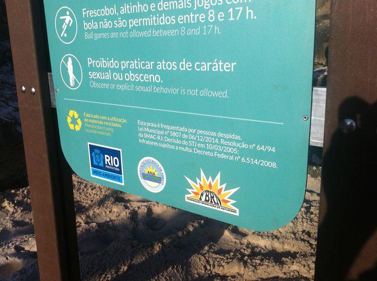 Detalhe da parte inferior do totem. O projeto de sinalização ambiental contemplava todo o conteúdo texto em português e inglês.