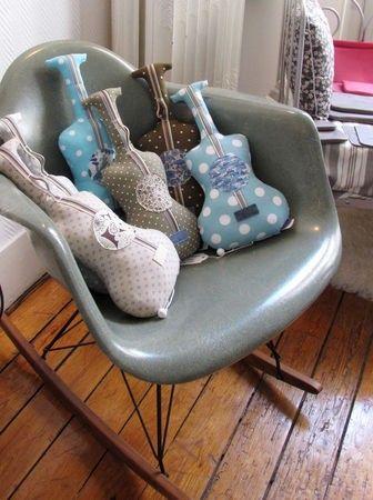 Gitarren - Kissen    http://pocketfulwhimsy.blogspot.de/2011/10/glue-sticks-birthday-was-over-the-long.html    Pocket Full of Whimsy: Give a Gift: Guitar Pillow DIY
