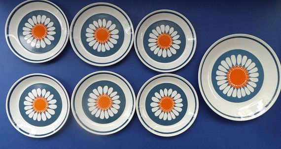 The Daisy design by Turi Gramstad Oliver was launched in Scandinavia in the 1970s.  It is now a hot collectable and continues to be a timeless and iconic design. The decoration is certainly very stylish - with large white and orange daisy heads set against a petrol blue background. Of offer here are six side plates each measuring 6 3/4 inches in diameter and one larger dessert plate which is 9 1/2 inches. My price is for all the plates shown in my photographs as a set. All pieces ar...