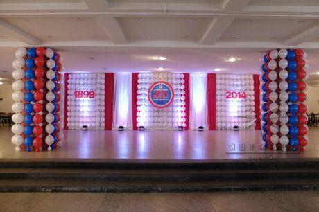 Праздничный фон холла, панно из воздушных шаров и тканями с подсветкой к юбилею предприятия