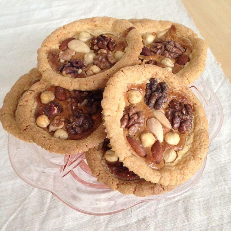 Knapperige noten, zoete karamel en een bros taartje. Saakje laat je zien hoe je deze overheerlijke notenkarameltaartjes helemaal zelf maakt.