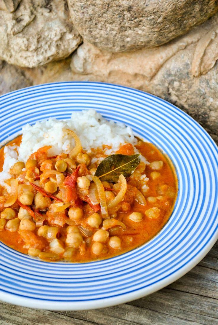 VeganSandra - tasty, cheap and easy vegan recipes by Sandra Vungi: Tomato and chickpea curry with coconut milk