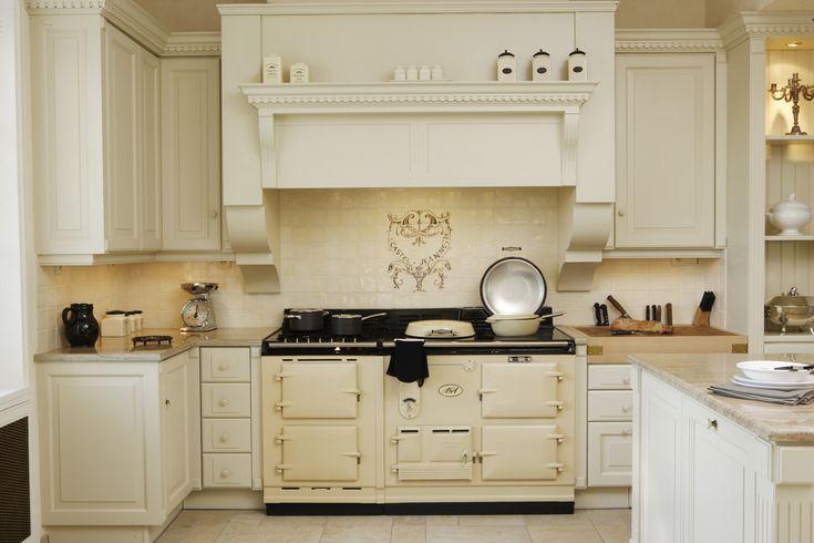 Une cuisine exploitant toute la hauteur de la pièce - AGA 2 fours + AGA 4 2 crème, meubles hauts, hotte, pilastres & corniches