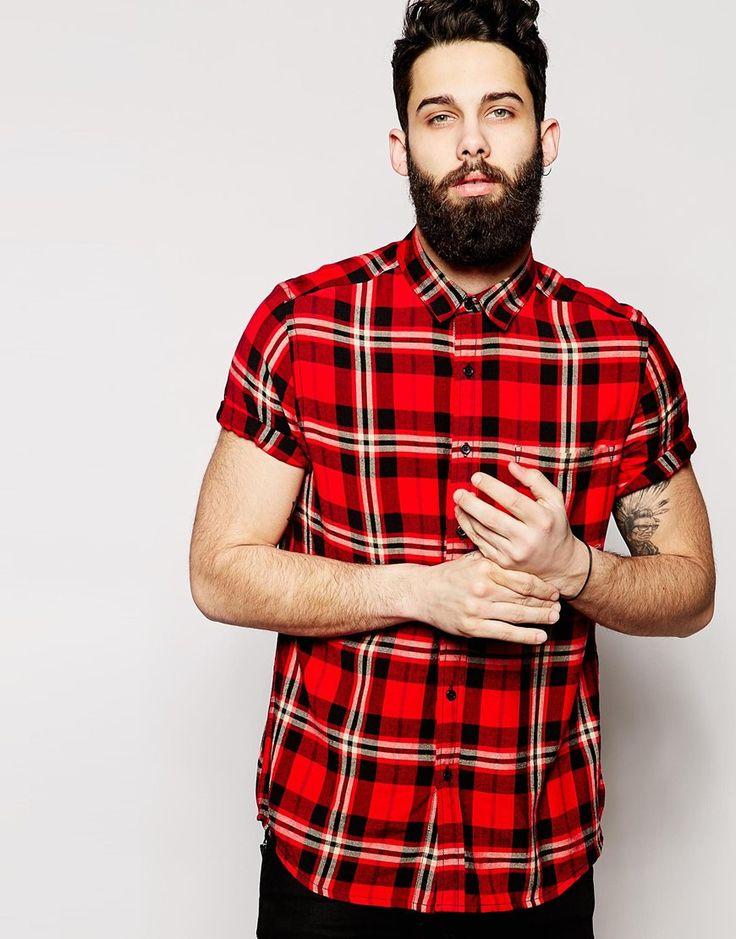 赤タータンチェック半袖シャツを着る男性
