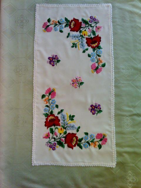 Kalocsai mintával hímeztem ezt a terítőmet is. Ebből a mintából alakítottam ki a menyasszonyi ruhára a díszítő sávot.