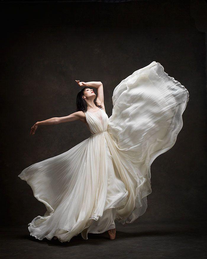 девушка танцует в легком платье - 3