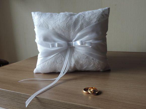 Linda almofada para dama, em renda branca e detalhe em cetim italiano de noiva, com mini broche de strass e fita para amarrar as alianças! R$ 59,90