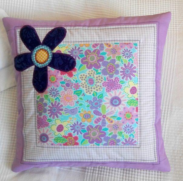 Lila - obliečka na vankúš - predný diel je 3-vrstvový - odtiene fialovej - strojová aplikácia (kvet je fialový, na fotke sa tvári ako modrý...) - na vankúš 40 x 40 cm