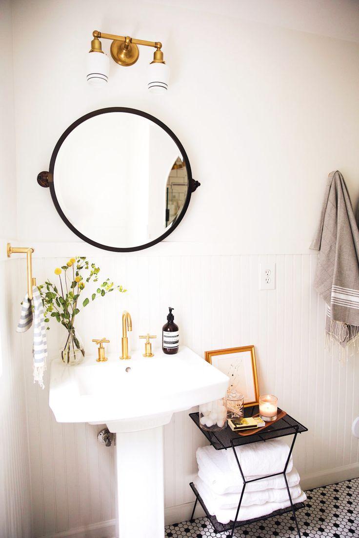 mesita para toallas, florero y lampara