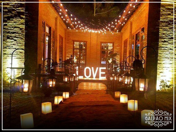 Muito amor! A fachada do Galpão Mix Penedo muito iluminada para casamento.