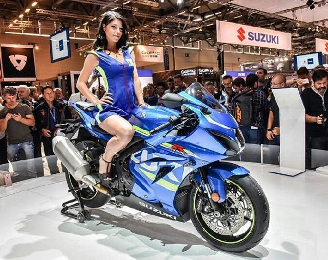 """No #intermot2016, o Salão de Motos de Colônia, na Alemanha, a Suzuki revelou hoje a versão final da GSX-R 1000, a lendária superesportiva de 1000 cc. E aí o que acharam dessa """"pequena"""" ponteira de escapamento? #suzuki #gsxr1000 #sportbikes #intermot #infomoto #motorcycles"""