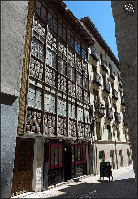 Beautiful classic building in Burgos City / Bello edificio clásico en Burgos capital by Trensamiro, via Flickr