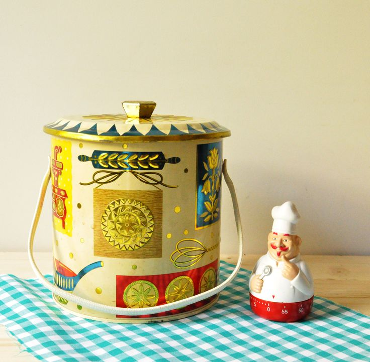 This adorable, old biscuit barrel was made in England by Baret Ware. So bright and colourful it just puts a smile on your face! In beautiful vintage condition, with expected wear, it still can be used to store your favourite items and decorate your kitchen adding a shabby chic touch.  Dimensions: 18 cm in height - 16 cm in diameter.  - - - - - - - - - - - - - - - - - - - - - - - - - - - - - - - - - - - - - - - - - - - - - - - - - - - - - - - -  Please take a closer look at all photos for the…