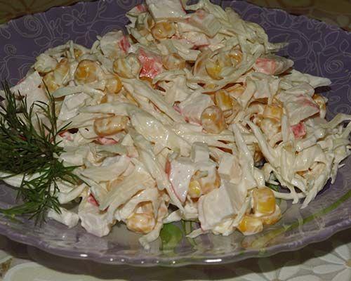 Здесь представлены рецепты салата из свежей капусты: с морковью и уксусом (как в столовой), с крабовыми палочками и кукурузой с майонезом. Польза капусты.
