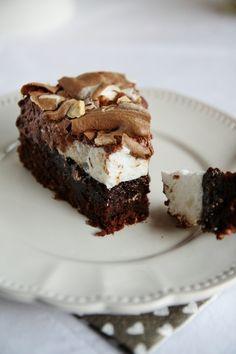 Gâteau au chocolat, noisettes et meringue (simple, 1 couche gâteau fondant + meringue moitié chocolat, moitié nature + noisettes grillées sur le dessus) : gâteau extra !!!!!!