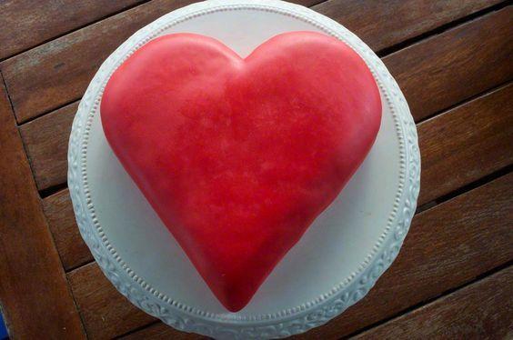 TORTA A FORMA DI CUORE Torta farcita con crema al burro con cacao e Grand Marnier e rivestita di pasta di zucchero rossa.