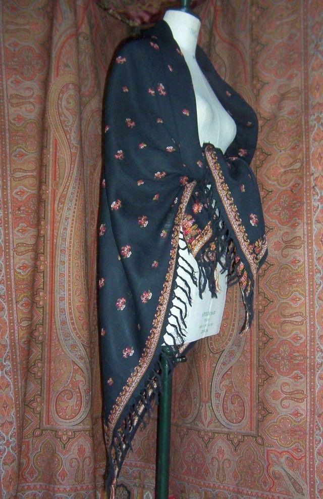 Un petit châle cachemire un peu moins traditionnel plus facile à porter avec le costume régional, que le grand châle d'arrière plan