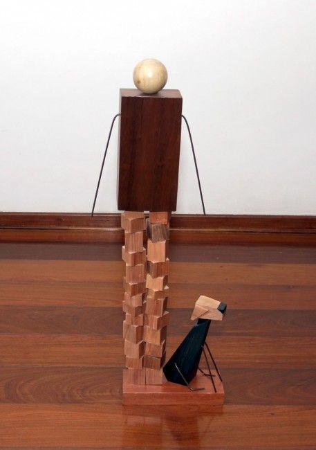 escultura de madeira- melhor amigo Donnas Design- Artistas Nancy Szaz e   Nara Feijó