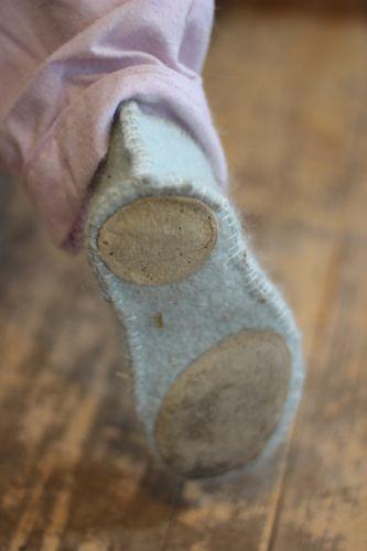 love the leather on the bottom.  from martha stewart pattern: http://www.marthastewart.com/272743/felt-slippers