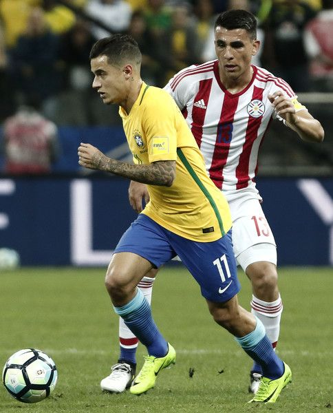 Paraguay's defender Junior Alonso (R) vies for the ball with Brazil's midfielder Philippe Coutinho during their 2018 FIFA World Cup qualifier football match in Sao Paulo, Brazil on March 28, 2017. / AFP PHOTO / Miguel SCHINCARIOL
