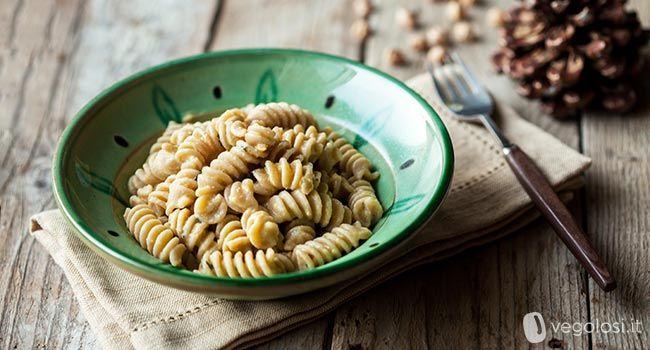 La ricetta della pasta al pesto di ceci agrumati è un primo energetico e molto…