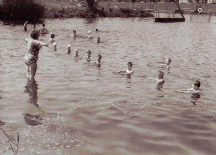 Anna Grabow 1952 beim Schwimmunterricht in der Weser. Auch Henning Scherf lernte bei Anna Grabow in der Weser das Schwimmen Quelle: Schwimmverein Bremen von 1910
