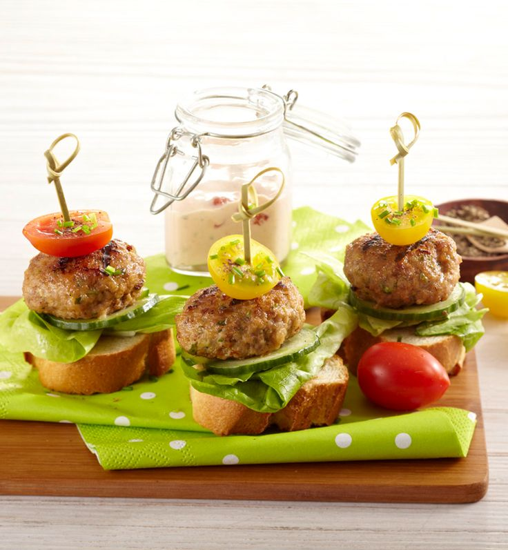 Mini-Hamburger mit Joghurt-Tomaten-Dip #hochland #käse #rezept #recipe #burger #hamburger #frikadellen #baguette #ofenaufstrich #pizza