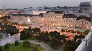 Das #Museumsquartier in #Wien - ein kultureller Hotspot. Hier hast Du alles an einem Platz: außergewöhnliche #Museen, spannende #Veranstaltungen und feine #Gastronomie.   #blog #Ferchergasse #Ferienwohnung MQ Hauptfassade am Abend Foto: Ali Schafler