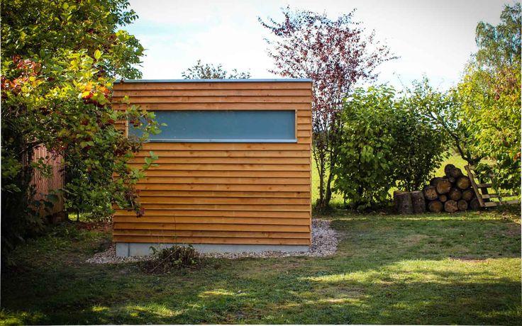 www.neuberga.com #Gartenhaus #Geräteschuppen #Fahrradschuppen #Unterstand #Flachdach #Lärchenholz #modern #zeitlos #schlicht #geradlinig #langlebig #Gartenraum #detailverliebt #craftsmanship #thenextbigthing >>>>>> Fensterfries mit VSG, matt des Fahrrad- und Geräteschuppens von NEUBERGA !