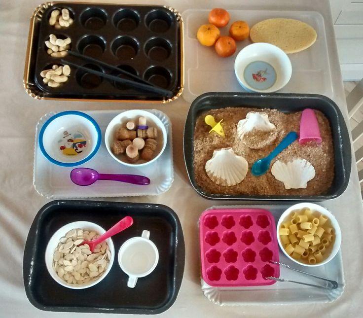 I vassoi Montessori - Trasferire con le pinze, delle arachidi da uno spazio all'altro di una teglia per muffin; - sbucciare della frutta, riparando a qualche disastro con la spugnetta; ;) - spostare dei tappi di sughero da un piatto all'altro con un cucchiaio da gelato; - travasi con la crusca utilizzando vari oggetti; - Trasferire i semi di zucca da un piatto alla tazza (e viceversa) con un cucchiaino; - Riempire gli spazi del porta ghiaccio con la pasta, trasferenola utilizzando le pinze.