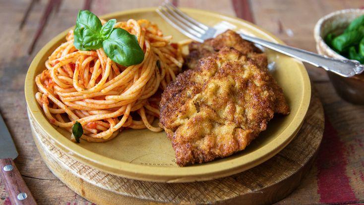 Die Picatta Milanese, die im übrigen wohl auf der Speisekarte eines jeden italienischen Restaurants zu finden ist, ist quasi zwei Gerichte in einem: Das Wiener Schnitzel in Kleinformat angerichtet auf Spaghetti mit Tomatensauce.