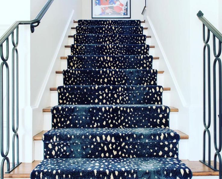 One of my all time FAV stair runners- this one by @starkcarpet + @sallywheatinteriors. So in love.... #stylediary #blueandwhiteforever