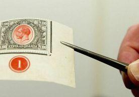 31-Oct-2013 21:46 - 170.000 EURO VOOR POSTZEGELTJE. Niet schrikken, de portokosten voor brievenpost is niet schrikbarend toegenomen. Wel werd er vandaag een recordbedrag neergelegd voor een zeldzame postzegel. De postzegel uit Kenia-Uganda uit 1925 werd met stip de duurste zegel ooit in Nederland. Er werd maar liefst 170.000 euro voor het stukje papier betaald door een anonieme bieder. De cataloguswaarde van de postzegel was zo'n 150.000 euro.
