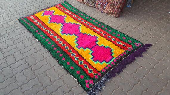 boucherouites Marokkaanse tapijten of rugrugs stijl   Mooie Marokkaanse Boucherouite deken handgemaakt door vrouwen in hun huizen in de regio van het Atlasgebergte van Marokko. Elke deken is individueel gemaakt over een periode van maanden een unieke ontwerp te maken. Prachtige kleuren en design dat elk patroon heeft een andere betekenis symboliseert tradities, geluk en geluk.    Boucherouite tapijten zijn traditioneel gemaakt van geweven stapel met stroken stof, katoen en wol. Handgemaakt…