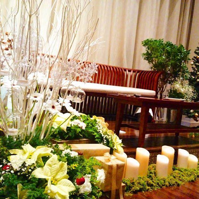 本日のおふたりのコーディネート*  おしゃれなクリスマス♪  おふたりのこだわりがたーくさん 詰まったオリジナルの高砂 本当にすてきでした。  #ハワイ#ハワイ挙式#バリ#バリ挙式#オリジナルウエディング#テラス#プレ花嫁#先輩花嫁#料理が美味しい#口コミ1位 #鹿児島花嫁 #リゾ婚#グレイスヒルオーシャンテラス #結婚式#結婚#ウエディング#式場見学 #ブライダルフェア#式場#鹿児島結婚式場  #チャペル#和装#番傘#前撮り#フラワーコート#クリスマス#クリスマスツリー#キャンドル#高砂#ソファ