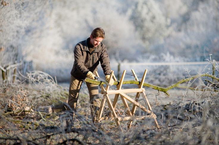 Inklapbare zaagbok, dus makkelijk te verplaatsen naar de te zagen berg hout.  Degelijk eikenhout en RVS schroeven. Geschikt voor grotere stammen. Grote vork.