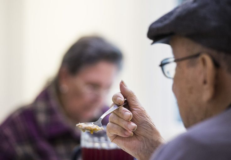 Robotar ska hjälpa äldre att äta.