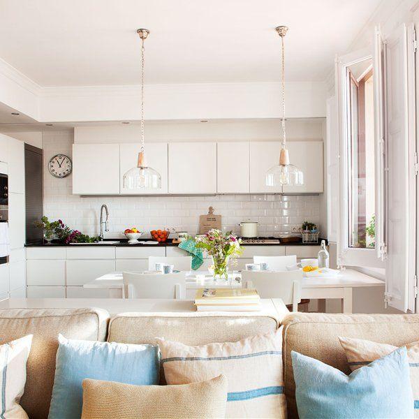 En el baño. Mosaico hidráulico de Azul Acocsa. Grifería de Bossini-Cristina. Muebles, de Knowhaus.