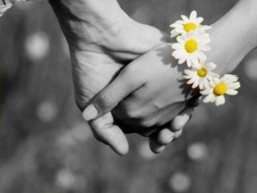 Algún día, nunca se sabe podré ir cogida de la mano de alguen que me ame con locura.                          One day who knows,I might walk hand in hand with someone who is crazy in Love with me.